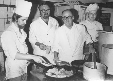 """ARH Slg. Bartling 549, Hotel und Restaurant """"Zum Stern"""", Hannoversche Straße 3, Inhaber Kurt Klockemann mit drei Mitarbeitern kochend am Herd, 1973"""