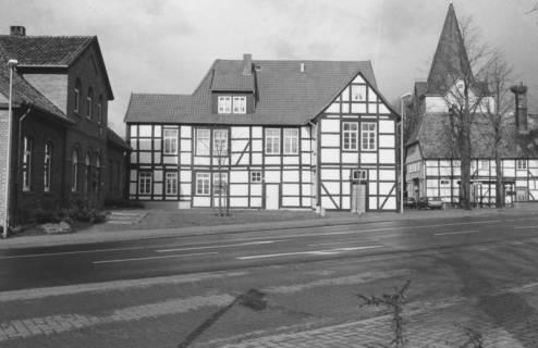 ARH Slg. Bartling 551, Ludwig-Eneccerus-Platz, Gebäude des Museums zur Stadtgeschichte (An der Liebfrauenkirche 7), links die alte Schule (Weinwirtschaft Pius), rechts das Storchenhaus, dahinter der Turm der Liebfrauenkirche, um 1980