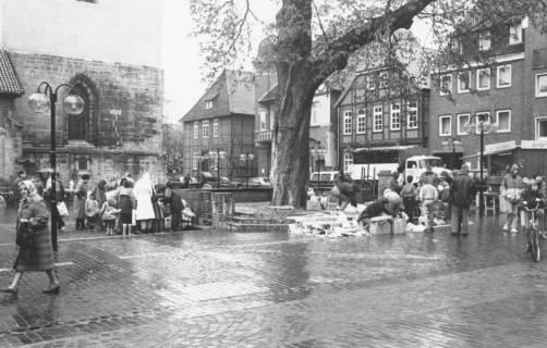 ARH Slg. Bartling 553, Verregneter Markt, unter der Kastanie ein Flohmarkt, um 1980