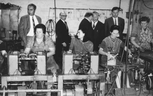 ARH Slg. Bartling 554, Firma P. A. Rentrop AG, Matratzenfabrik, Siemensstraße (früher: An der Eisenbahn), Blick auf die Fertigung von Federkernen für Autositze durch vier Frauen, dahinter fünf Besucher, 1969