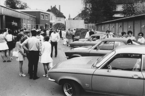 ARH Slg. Bartling 556, Firma Pucker & Hetebrügge, Autoschlosserei, Wunstorfer Straße 16a, Autoausstellung, Blick über den Hof auf die Straße, 1972