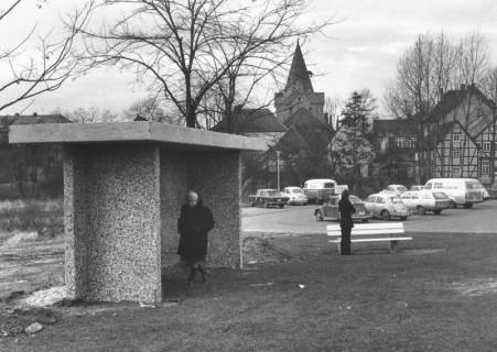 ARH Slg. Bartling 557, Neustadts erste massive, bedachte Bushaltestelle am Parkplatz Zwischen den Brücken, im Hintergrund die Marktkirche, 1972