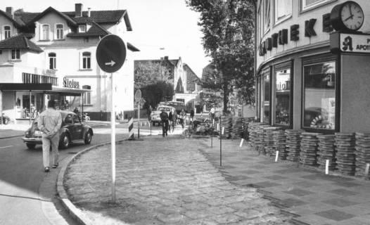 ARH Slg. Bartling 558, Wunstorfer Straße / Ecke Lindenstraße, Reparatur des Fußwegs, 1971