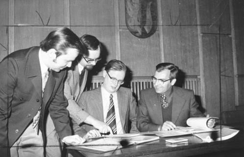 ARH Slg. Bartling 560, Vier Männer (v. r.: Kreisdirektor Wolfgang Kunze, Wolfgang Knebel, Jochen Hagemann, Ewald Kastens) nehmen Einsicht in Dokumente, 1974