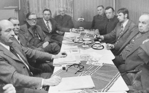 ARH Slg. Bartling 562, Besprechung des Landvolkverbandes bei Schrader mit Kreis-Landvolkvorsitzendem Friedrich Rohde (2. v. l.), 1973