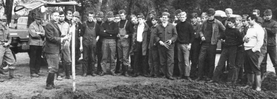ARH Slg. Bartling 563, Kreisleistungspflügen in Mecklenhorst, Teilnehmer sowie Georg Jendritza (vorn l.) als Oberschiedsrichter, 1969