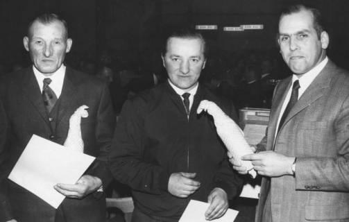 ARH Slg. Bartling 565, Kreis-Landvolkvorsitzender Friedrich Rohde, Esperke, überreicht eine Ehrenurkunde samt Flasche an zwei verdiente Landwirte, 1971