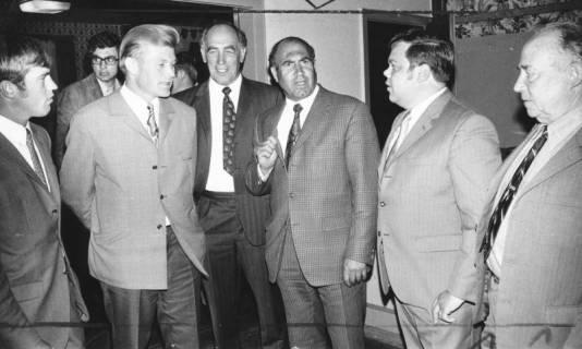 ARH Slg. Bartling 566, Niedersächsischer Landwirtschaftsminister Peter Bruns (Mitte) stehend inmitten Vertretern Neustädter Landwirte , 1971
