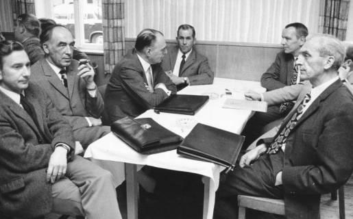 ARH Slg. Bartling 569, Experten der Landwirtschaft am Tisch sitzend , um 1970