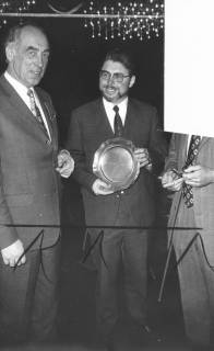 ARH Slg. Bartling 570, Fritz Steinbacher (li.) überreicht dem Edfried Bühler einen Ehrenteller aus Zinn, 1973