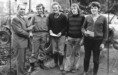 ARH Slg. Bartling 571, Kreislandwirt Friedrich Rohde (li.) überreicht vier jungen Landwirten eine Ehrenurkunde für das Leistungspflügen, 1974