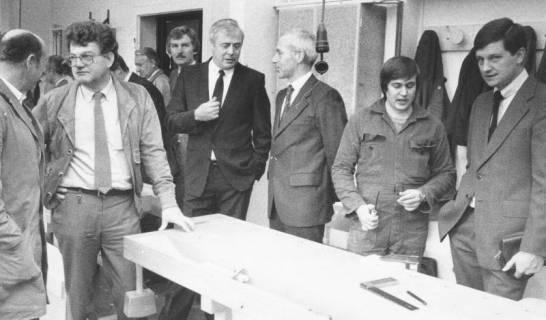 ARH Slg. Bartling 572, Mitglieder des Kreistags besichtigen eine Lehrwerkstatt für Tischler, um 1970