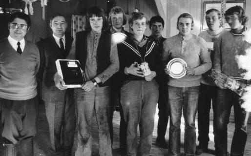 ARH Slg. Bartling 575, Verleihung der Preise (Zinnteller, Bierseidel u. a.) an die jungen Leistungspflüger durch Edfried Bühler und Georg Jendritza (bei Meta Gähle, Mecklenhorst), 1972