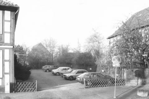 ARH Slg. Bartling 588, Schulstraße (An der Liebfrauenkirche), Baulücke mit parkenden Autos, um 1975