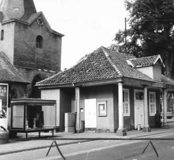 ARH Slg. Bartling 591, Alte Wache vor der Sanierung, im Hintergrund der Kirchturm, 1970