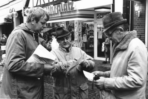 ARH Slg. Bartling 593, Verteilung von Prospekten vor dem Haus Marktstraße 11a (Ihr Platz), um 1970