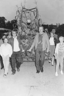 ARH Slg. Bartling 595, Junge Landwirte ziehen einen Handwagen mit Erntekrone, um 1985