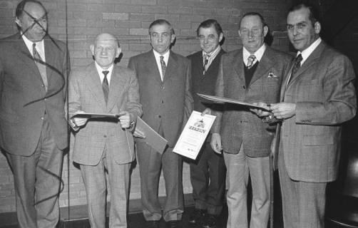ARH Slg. Bartling 596, Kreislandvolk-Vorsitzender Friedrich Rohde (rechts) überreicht vier Landwirten eine Ehrenurkunde, 1974