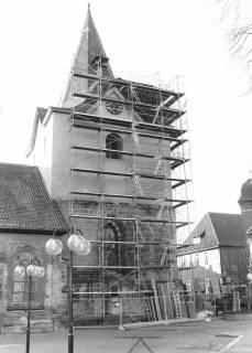 ARH Slg. Bartling 599, Liebfrauenkirche, eingerüsteter Turm, Reparatur des Daches, um 1980
