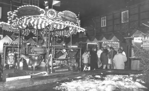 ARH Slg. Bartling 601, Weihnachtsmarkt im Innenhof des Posthofs am Abend, um 1980
