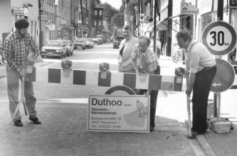 ARH Slg. Bartling 605, Beseitigung der Absperrung der neu sanierten Leinstraße durch die Firma Duthoo GmbH , um 1980