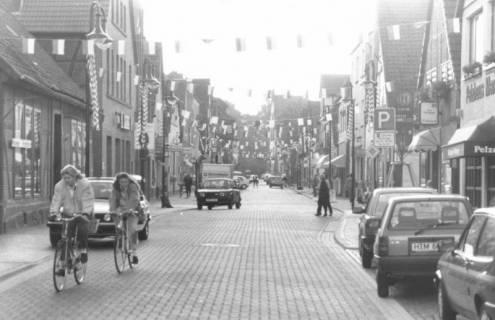 ARH Slg. Bartling 608, Sanierte Leinstraße geschmückt mit über die Straße gespannten Wimpeln, um 1980