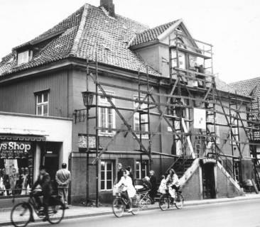 ARH Slg. Bartling 617, Altes Rathaus, Marktstraße 4, für Renovierungsarbeiten eingerüstet, um 1970