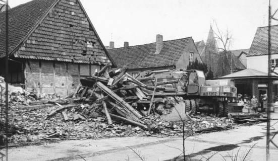 ARH Slg. Bartling 618, Windmühlenstraße / Ecke Apothekengasse, abgerissenes Haus mit Bagger, 1973
