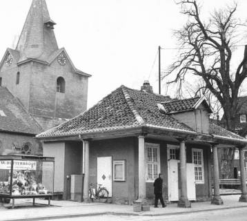ARH Slg. Bartling 621, Alte Wache vor der Sanierung, daneben ein Schaukasten der Firma W. Butterbrodt, im Hintergrund der Kirchturm, um 1970