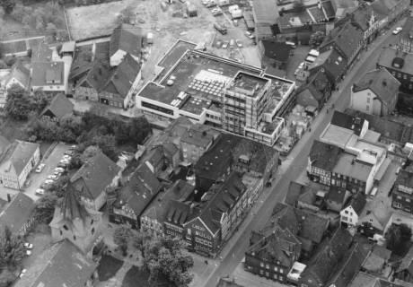ARH Slg. Bartling 624, Viertel zwischen Marktstraße und Liebfrauenkirche mit dem neuen Gebäude der Kreissparkasse Neustadt, 1974