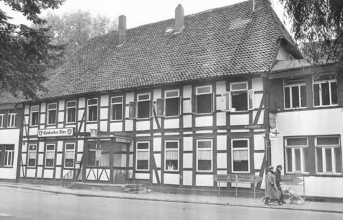 """ARH Slg. Bartling 626, Hotel """"Zum Stern"""" (Kurt Klockemann), Hannoversche Straße 3 (Mecklenhorster Straße), Fachwerkbau, Straßenfront, um 1980"""
