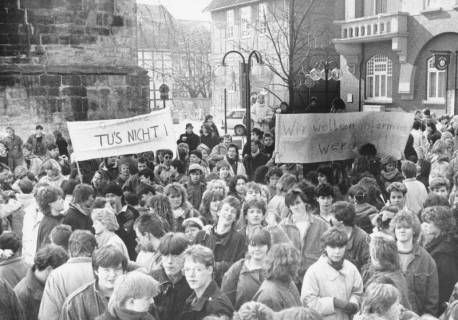 "ARH Slg. Bartling 630, Schülerdemo auf dem Kirchplatz (Plakat: ""Wir wollen informiert werden""), um 1975"