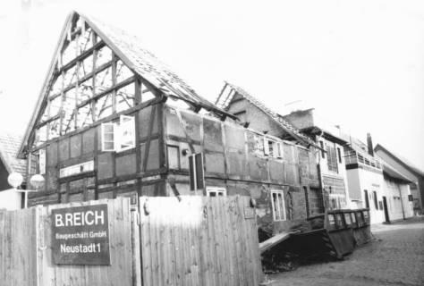 ARH Slg. Bartling 642, Abriss eines Fachwerkhauses in der Altstadt (Ecke Leinstraße / Hufeisenweg ?) durch das Baugeschäft B. Reich, um 1970