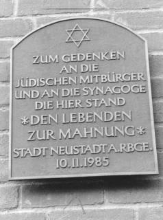 ARH Slg. Bartling 644, Tafel zum Gedenken an die jüdischen Mitbürger und an die Synagoge, Mittelstraße 18, 1985