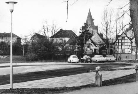 ARH Slg. Bartling 649, Ansicht der Altstadt von Osten (Löwenbrücke) über den Parkplatz auf die Kirche, 1970