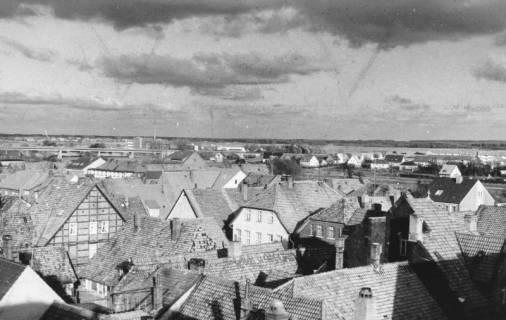 ARH Slg. Bartling 650, Blick vom Dach des Sparkassengebäudes über die Dächer der Altstadt nach Nordosten (Umgehungsstraße, Leine, Kali-Chemie), 1972