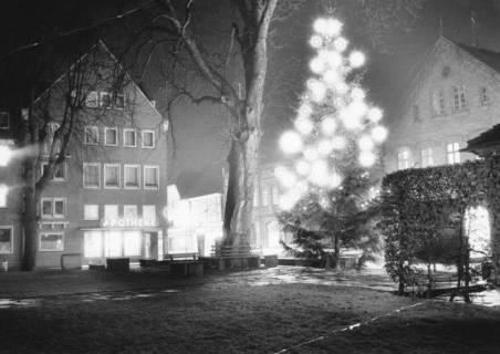 ARH Slg. Bartling 651, Kirchplatz mit beleuchtetem Tannenbaum, 1973