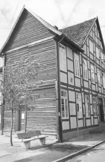 ARH Slg. Bartling 657, An der Liebfrauenkirche 7 (Museum zur Stadtgeschichte), Fachwerkhaus mit provisorisch verbrettertem Giebel nach Abriss des Nebengebäudes, um 1970