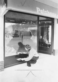 ARH Slg. Bartling 662, Leinstraße 21, Pelzhaus Menge, zerschlagene Schaufensterscheibe nach Einbruch, um 1975