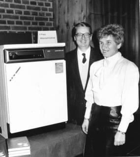 ARH Slg. Bartling 666, Ein Ehepaar erhält als 1. Preis einen Wäschetrockner der Firma AEG, um 1975