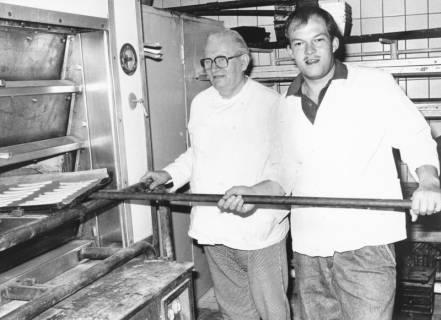 ARH Slg. Bartling 667, Marktstraße 17: Die Bäcker Robert Kemmerich sen. und Robert Kemmerich jun. bei der Arbeit in der Backstube, um 1975
