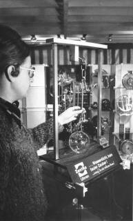 ARH Slg. Bartling 668, Marktstraße 15: Ein Angestellter der Firma Uhren Butterbrodt zeigt wasserdichte ZentRa-Uhren im Test, 1972