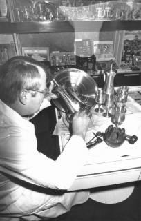 ARH Slg. Bartling 669, Marktstraße 15: Ein Angestellter der Firma Uhren Butterbrodt bei der Gravur von Pokalen und Zinntellern, um 1970