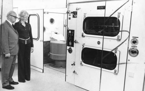 ARH Slg. Bartling 670, Leinstraße 5-11: Firma Betten Kollmeyer; Firmeninhaber Karl Kollmeyer mit einer Frau vor der Bettenreinigungsanlage, um 1970