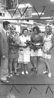 ARH Slg. Bartling 671, Marktstraße 26/27: Kaufmann Klaus Hibbe (li.) und Ehefrau Susanne (re.) überreichen drei Mitarbeiterinnen einen Blumenstrauß im Verkaufsraum, 1972
