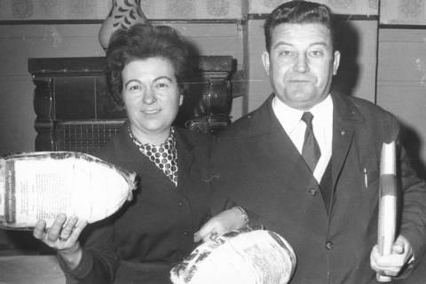 ARH Slg. Bartling 672, Marktstraße 30: Friseurmeister Karl Grasenick mit Ehefrau Margret, beide mit einem Beutel? in der Hand, 1968