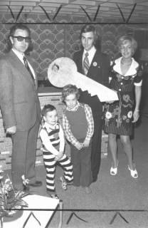 ARH Slg. Bartling 673, Großer Weg 45, Möbel-Pavillon Hibbe: Architekt Eugen Sühlo überreicht dem Ehepaar Klaus und Susanne Hibbe (mit beiden Kindern) einen symbolischen Schlüssel , 1974