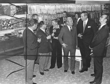 ARH Slg. Bartling 676, Marktstraße 18: Textilhaus Wage, Sektempfang zur Eröffnung im Verkaufsraum; 2. von rechts: Kaufmann Günter Wage, 1973