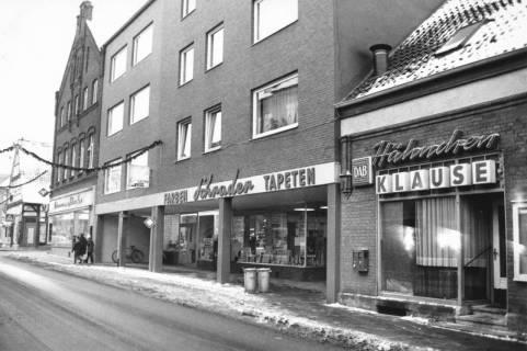 ARH Slg. Bartling 679, Marktstraße 2: Firma Heinemann und Schrader, Farben, Tapeten, Gardinen (rechts daneben: Hähnchen-Klause), 1971