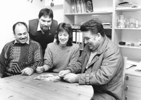 ARH Slg. Bartling 682, Drei Männer und eine Frau am Tisch sitzend und Geld zählend, um 1970